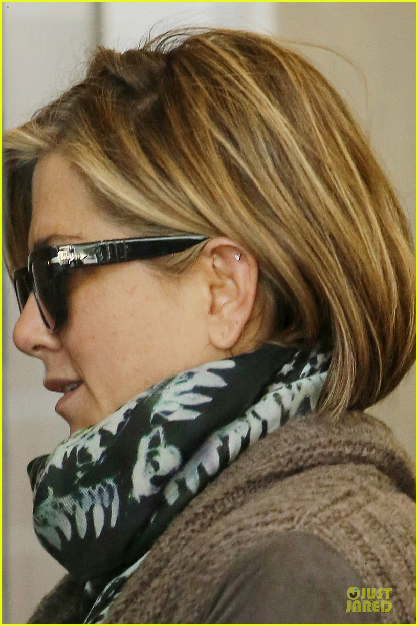 jennifer aniston rocks short hair for skin care clinic 04