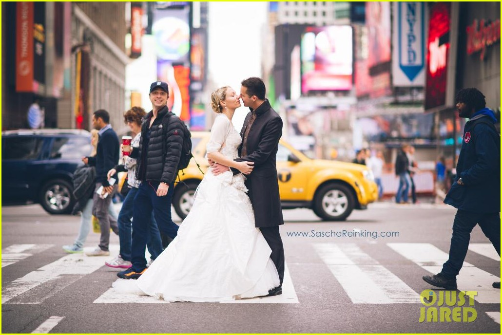 zach braff photobombs wedding photo see hilarious pic 012997995