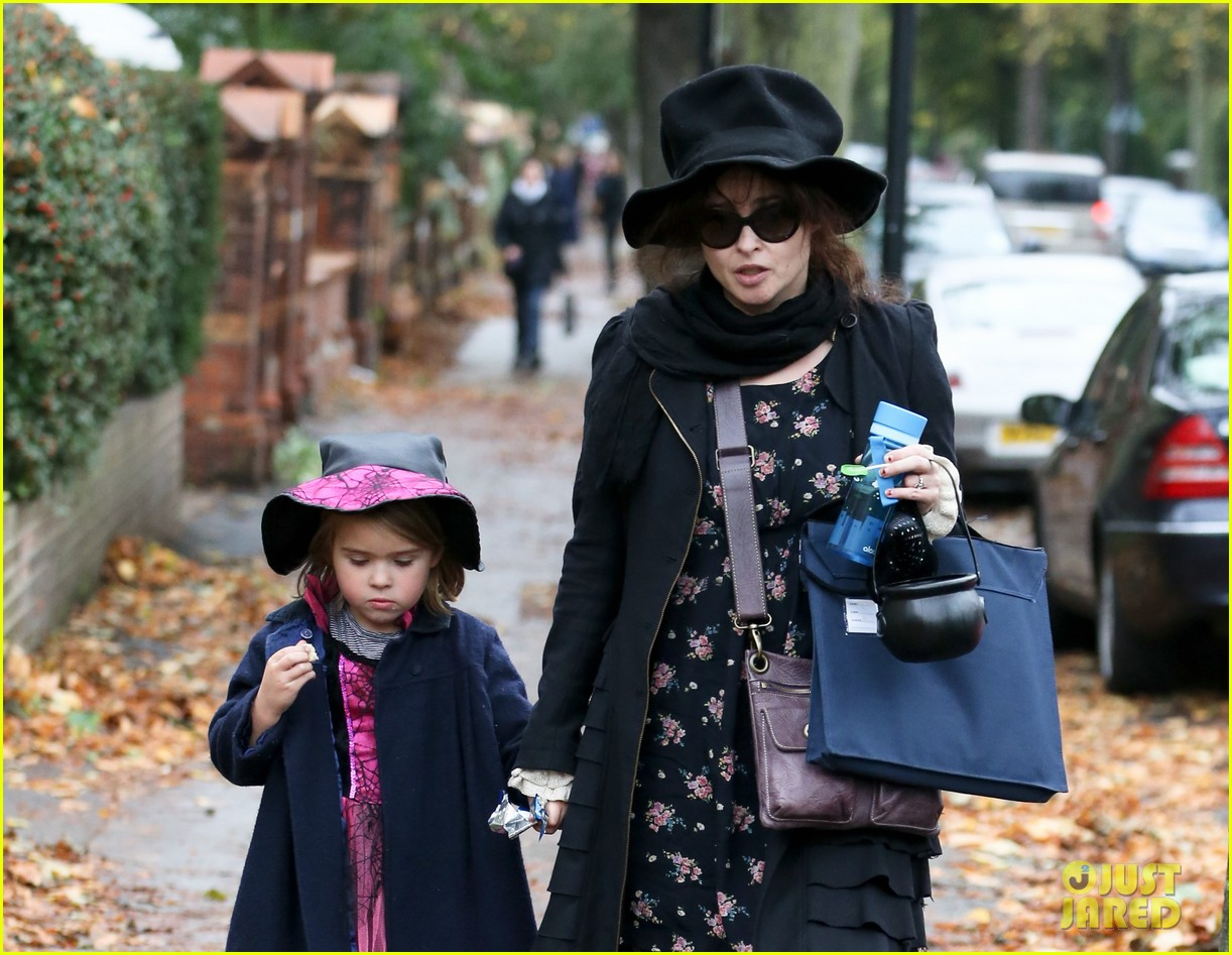 helena bonham carter trick or treats with daughter nell 04