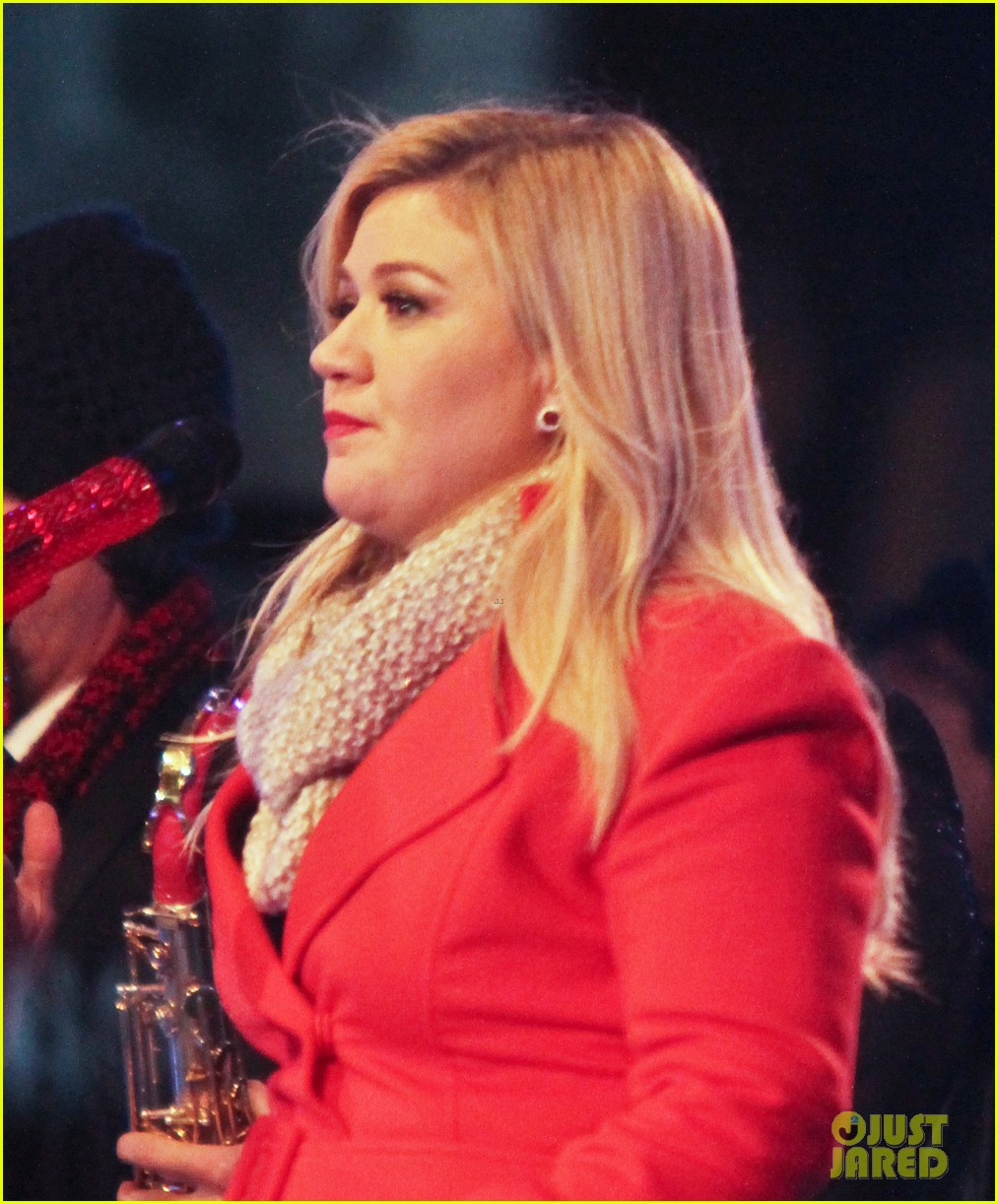 pregnant kelly clarkson is wrapped in red for christmas taping 04