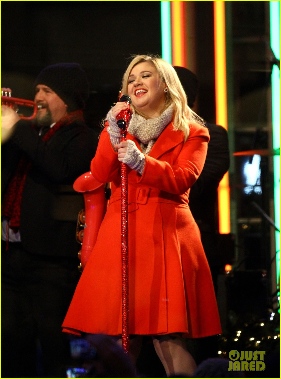 pregnant kelly clarkson is wrapped in red for christmas taping 063001151