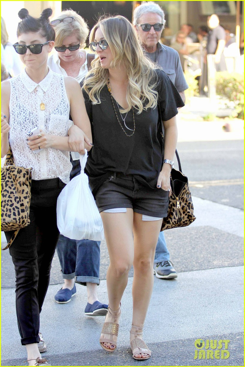 kaley cuoco lunches with sister briana 03
