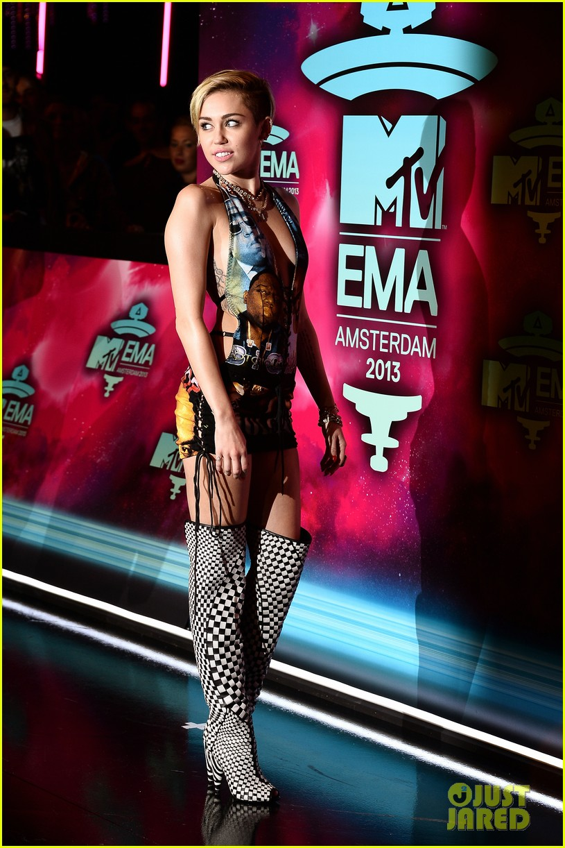 miley cyrus please stop violence dress at mtv ema 2013 032989789