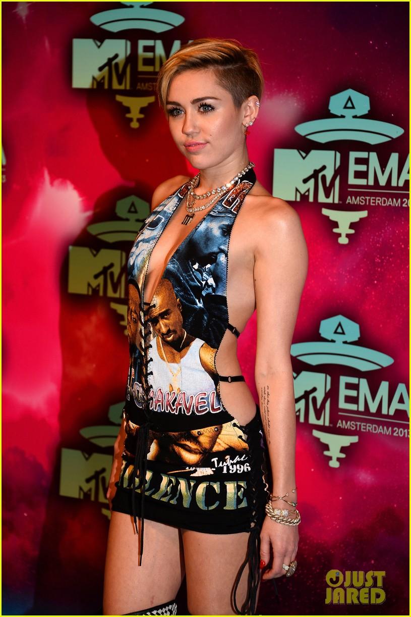 miley cyrus please stop violence dress at mtv ema 2013 08