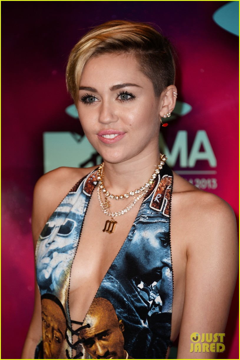 miley cyrus please stop violence dress at mtv ema 2013 24