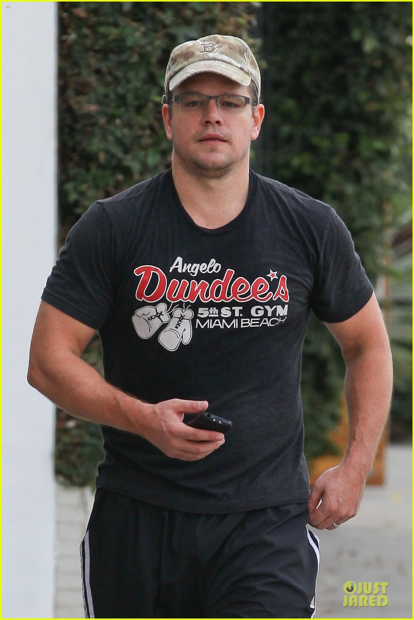 matt damon flashes buff arms after gym workout 022986672