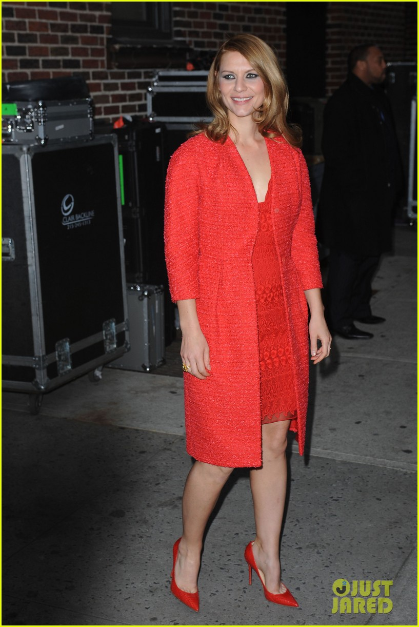 claire danes debuts brunette hair on letterman 09