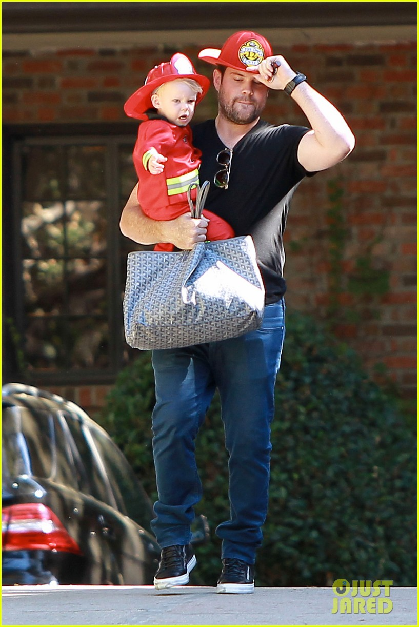 hilary duff mike comrie spent halloween with luca 012984217