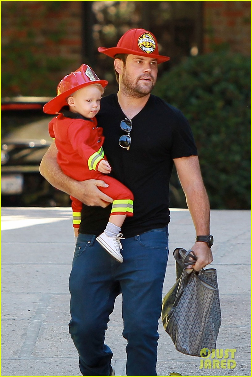 hilary duff mike comrie spent halloween with luca 07