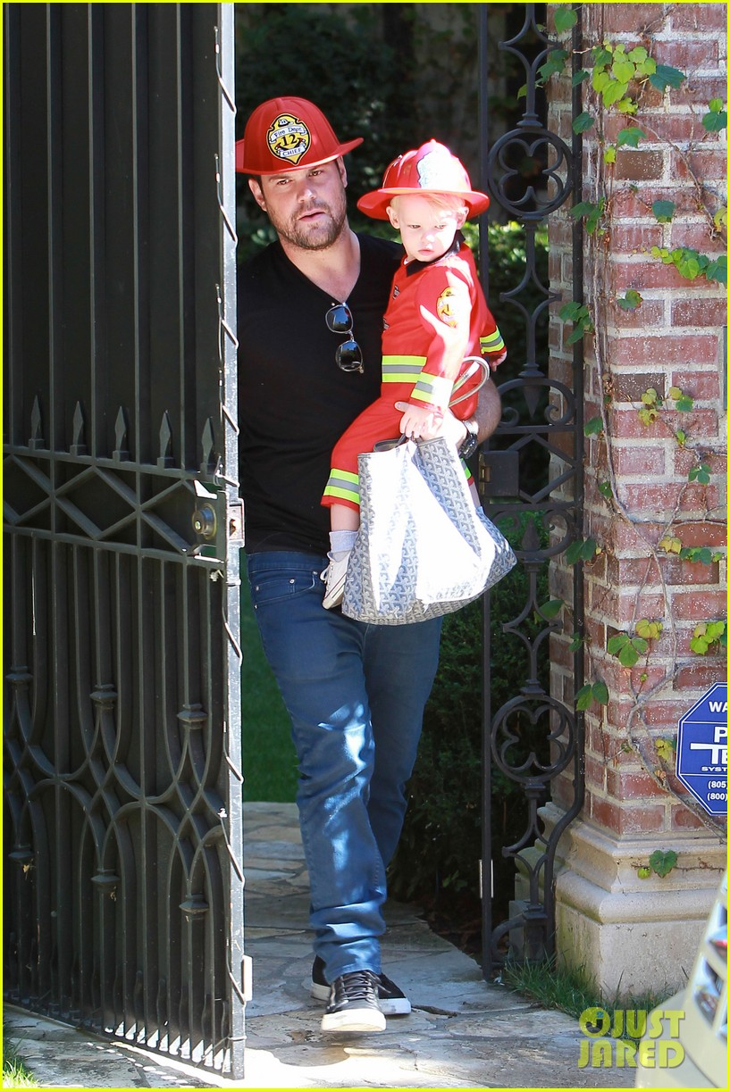 hilary duff mike comrie spent halloween with luca 08