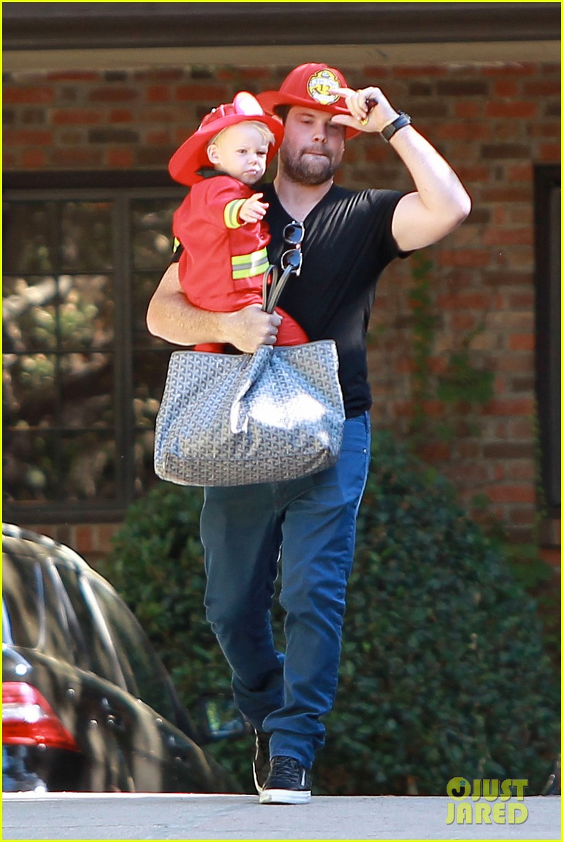 hilary duff mike comrie spent halloween with luca 112984227