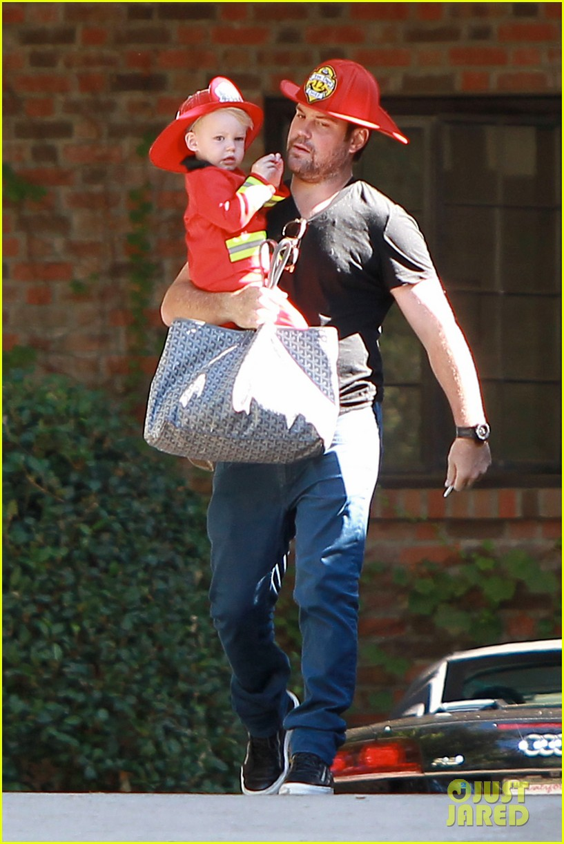hilary duff mike comrie spent halloween with luca 122984228