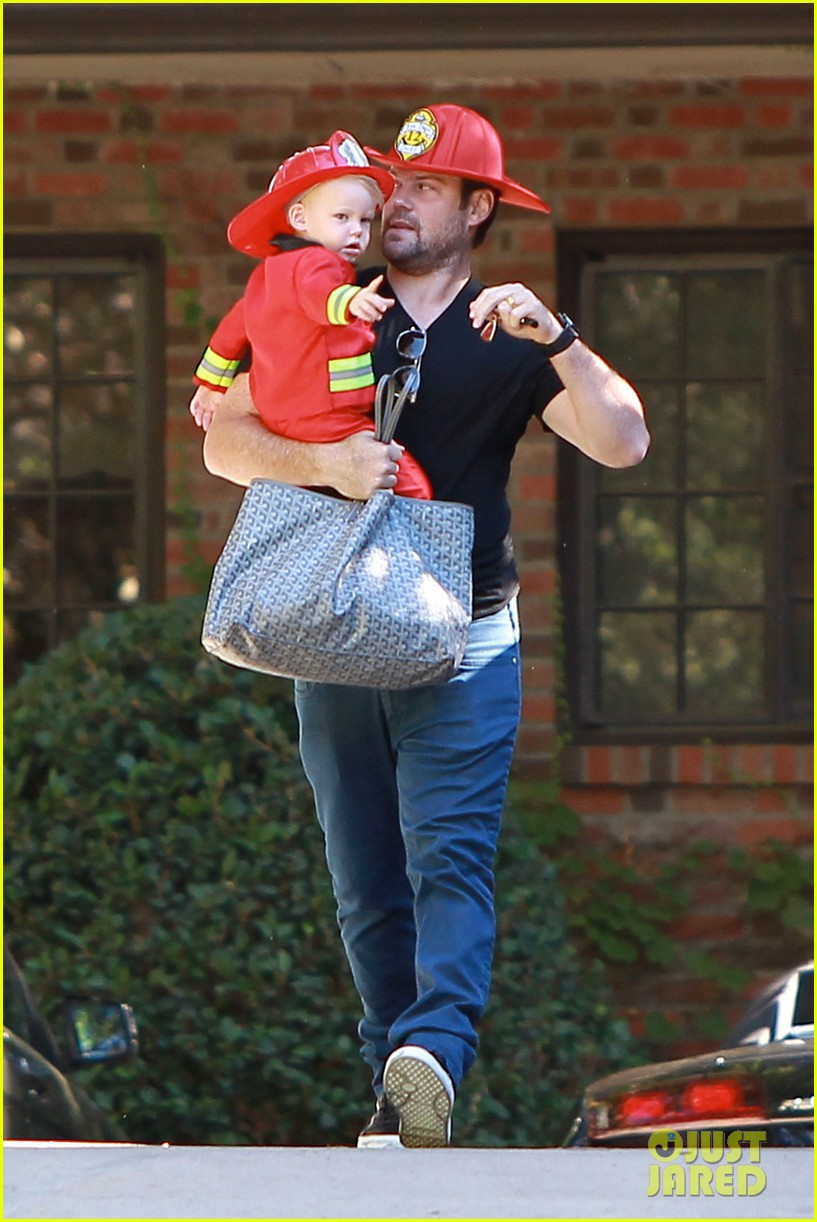 hilary duff mike comrie spent halloween with luca 142984230