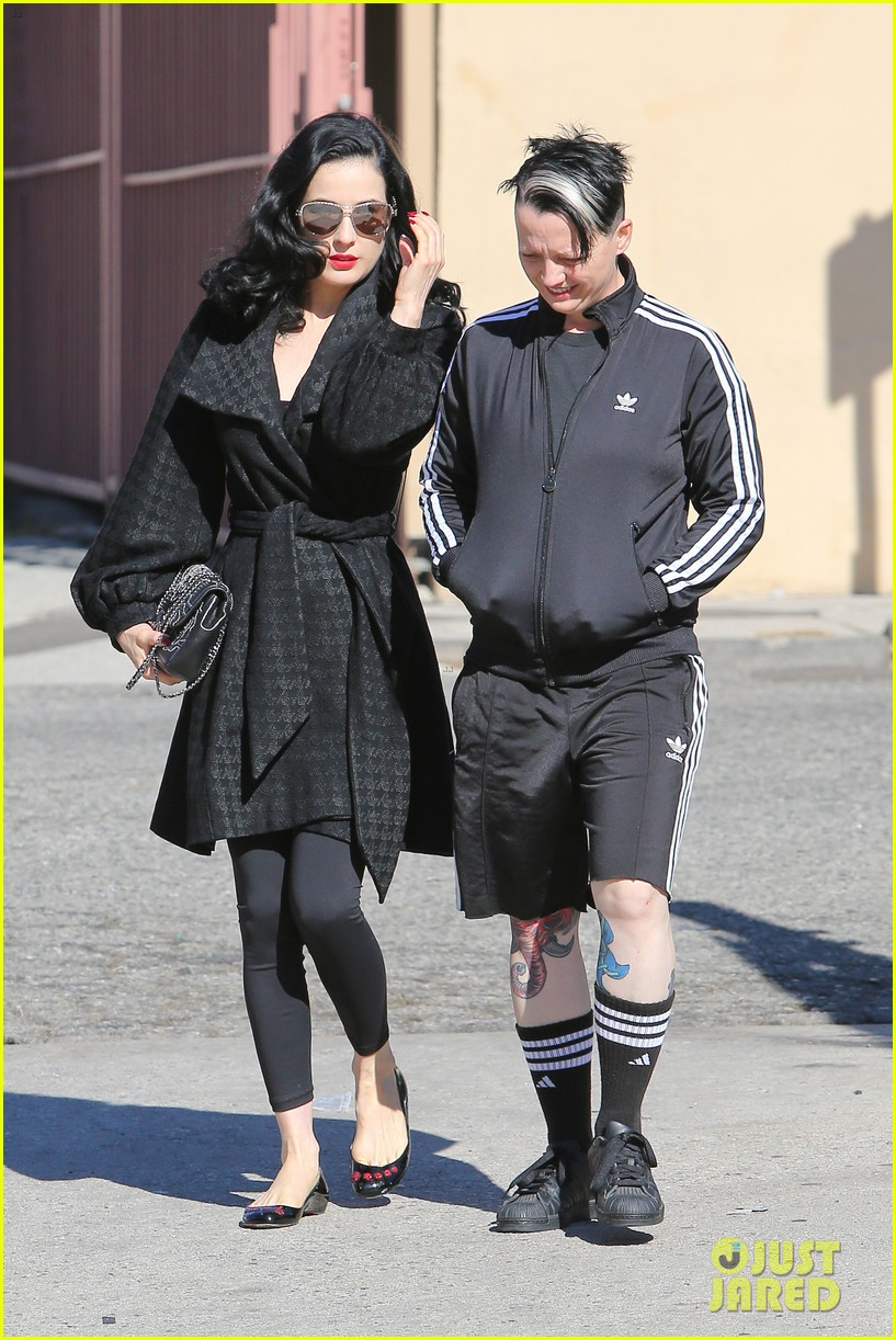 dita von teese hugos tacos for lunch 133000013