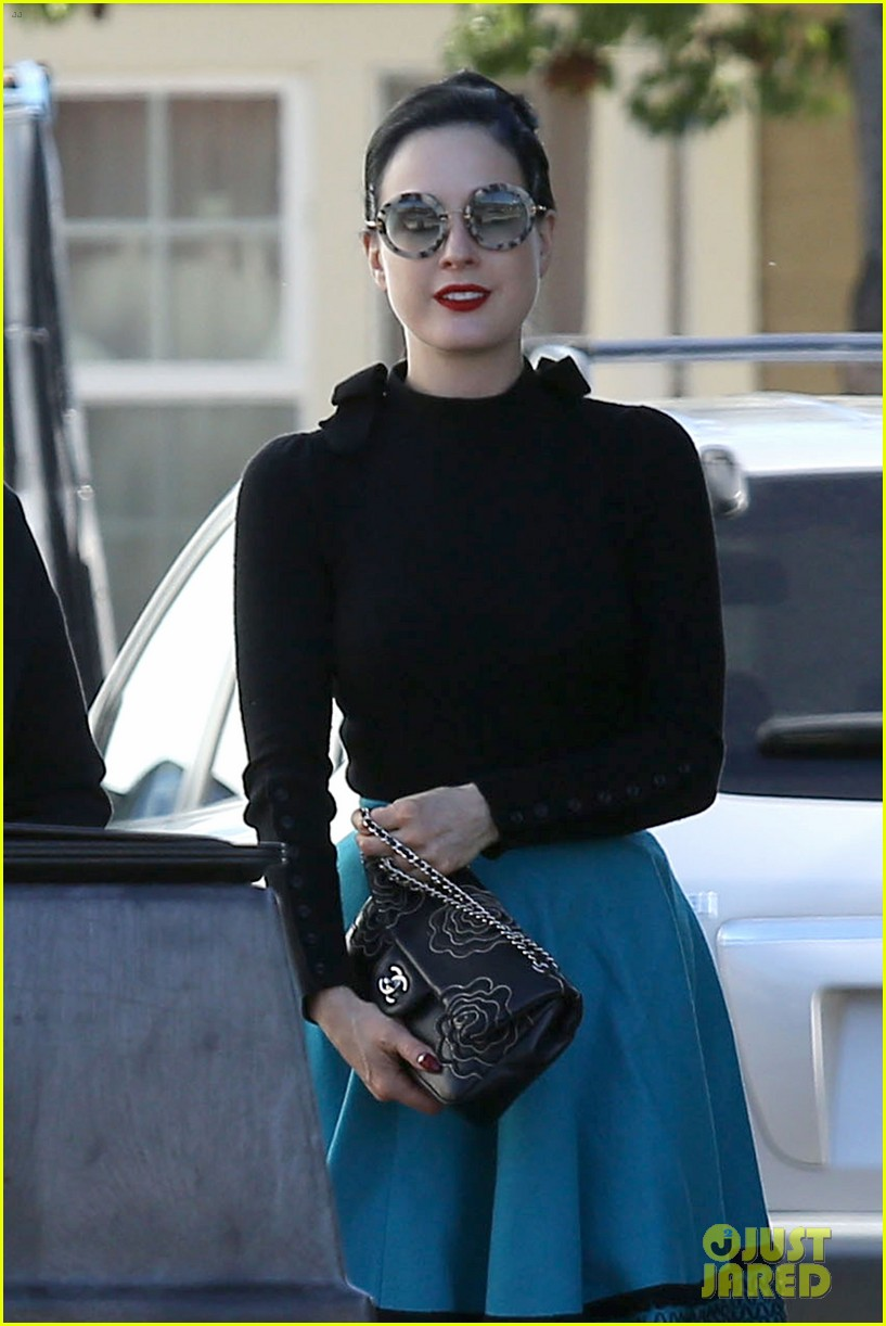 dita von teese hugos tacos for lunch 17