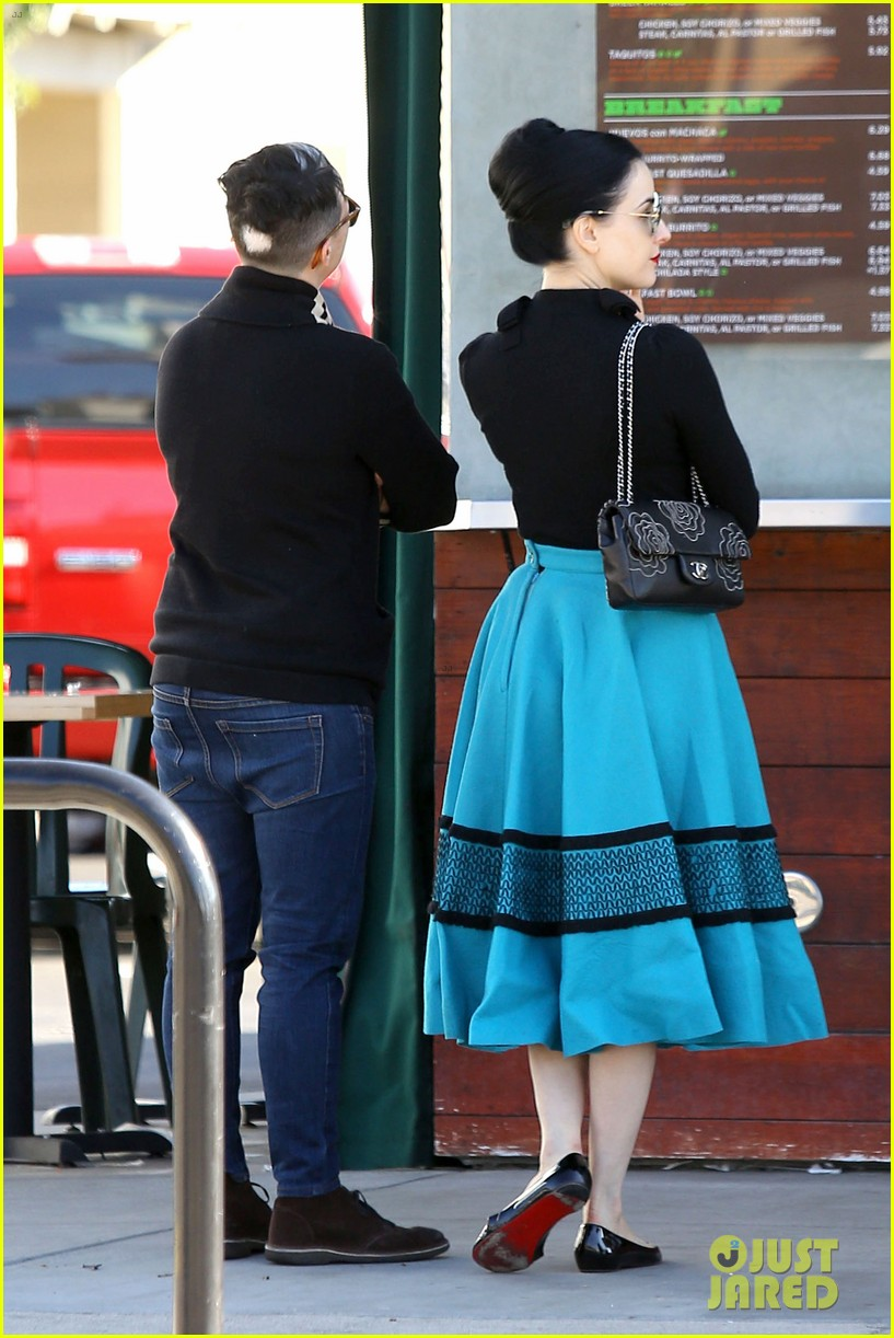 dita von teese hugos tacos for lunch 23