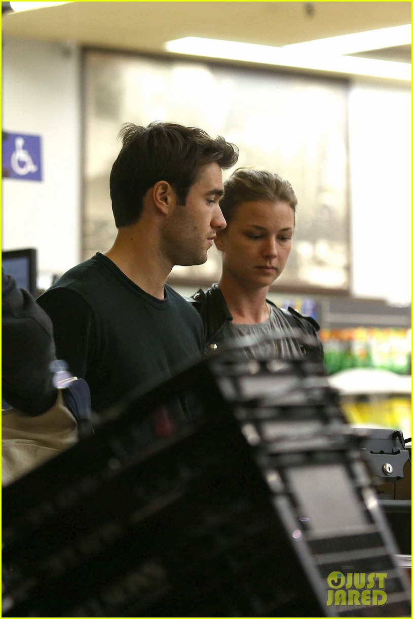 emily vancamp josh bowman grab late night groceries 07