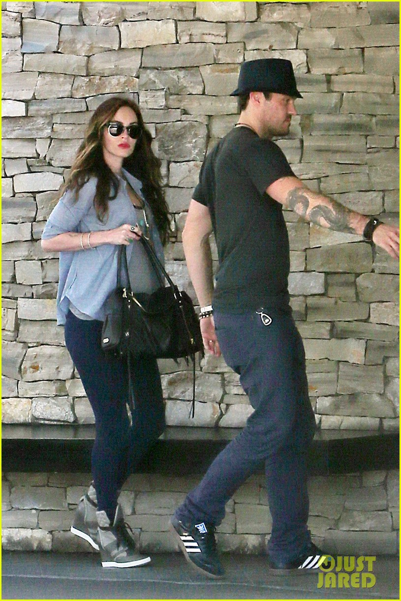 megan fox covers baby bump at lunch with brian austin green 122992007