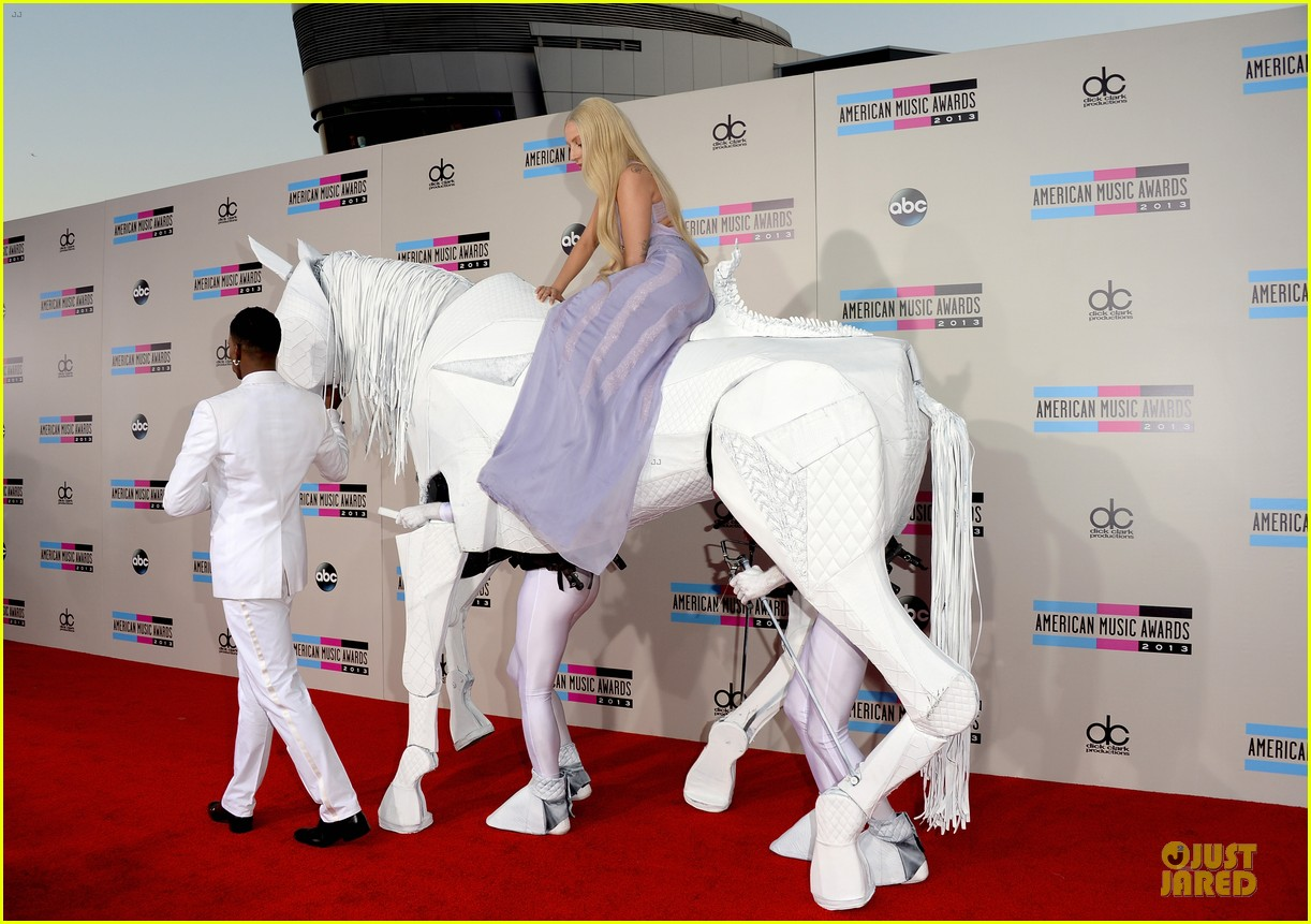 lady gaga rides horse on amas 2013 red carpet 15