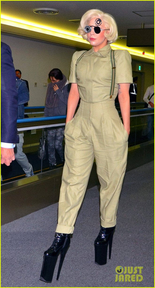 lady gaga arrives in tokyo to promote artpop 02