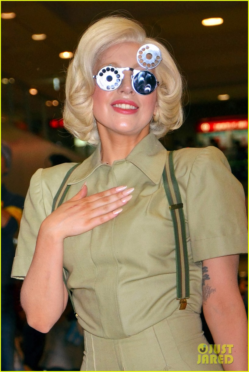 lady gaga arrives in tokyo to promote artpop 04