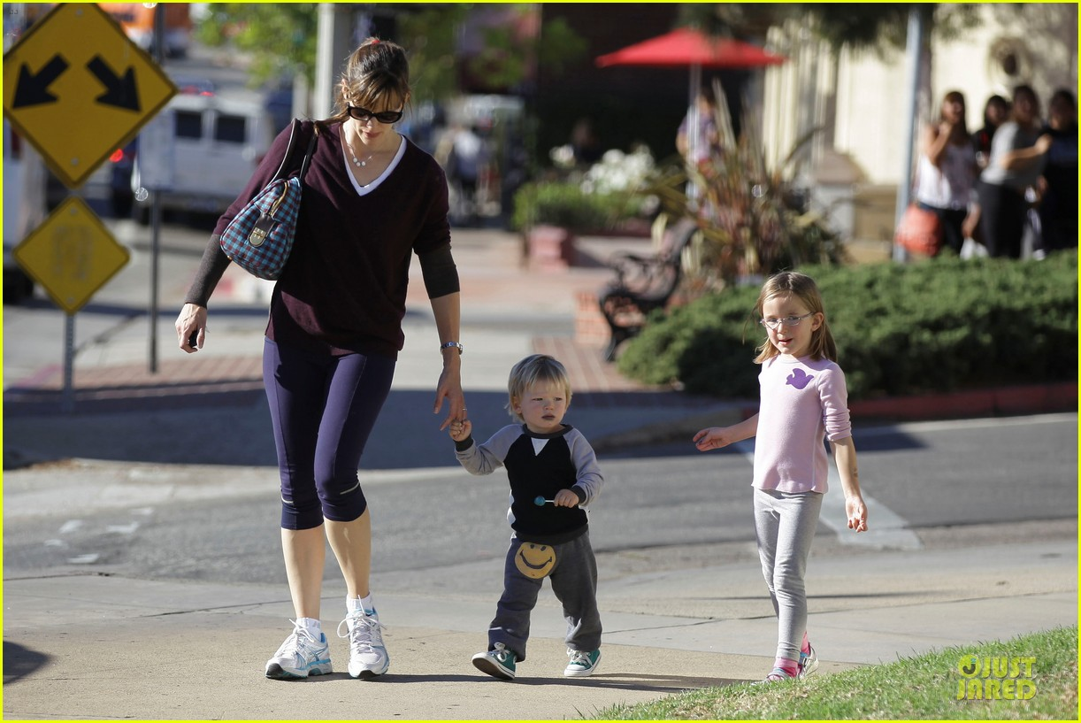 jennifer garner errands with kids after halloween 17