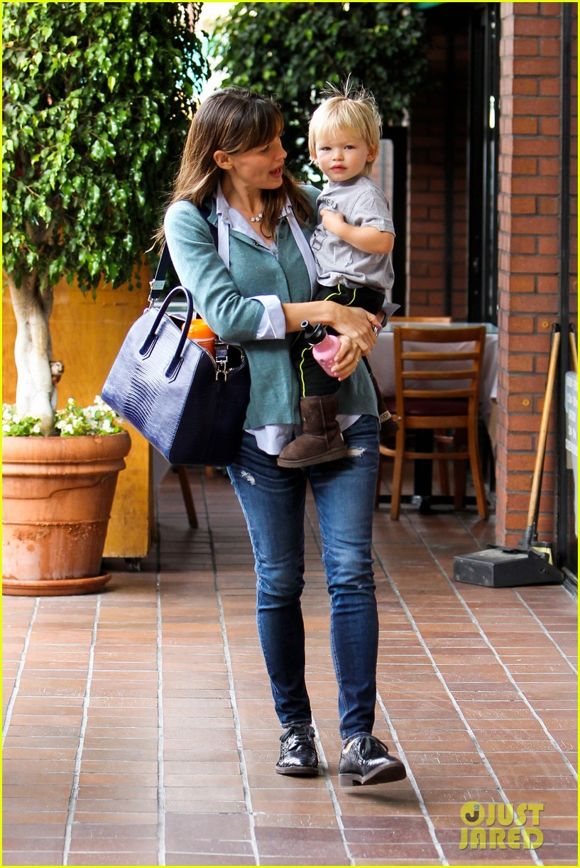 jennifer garner kicks off week with family time 12
