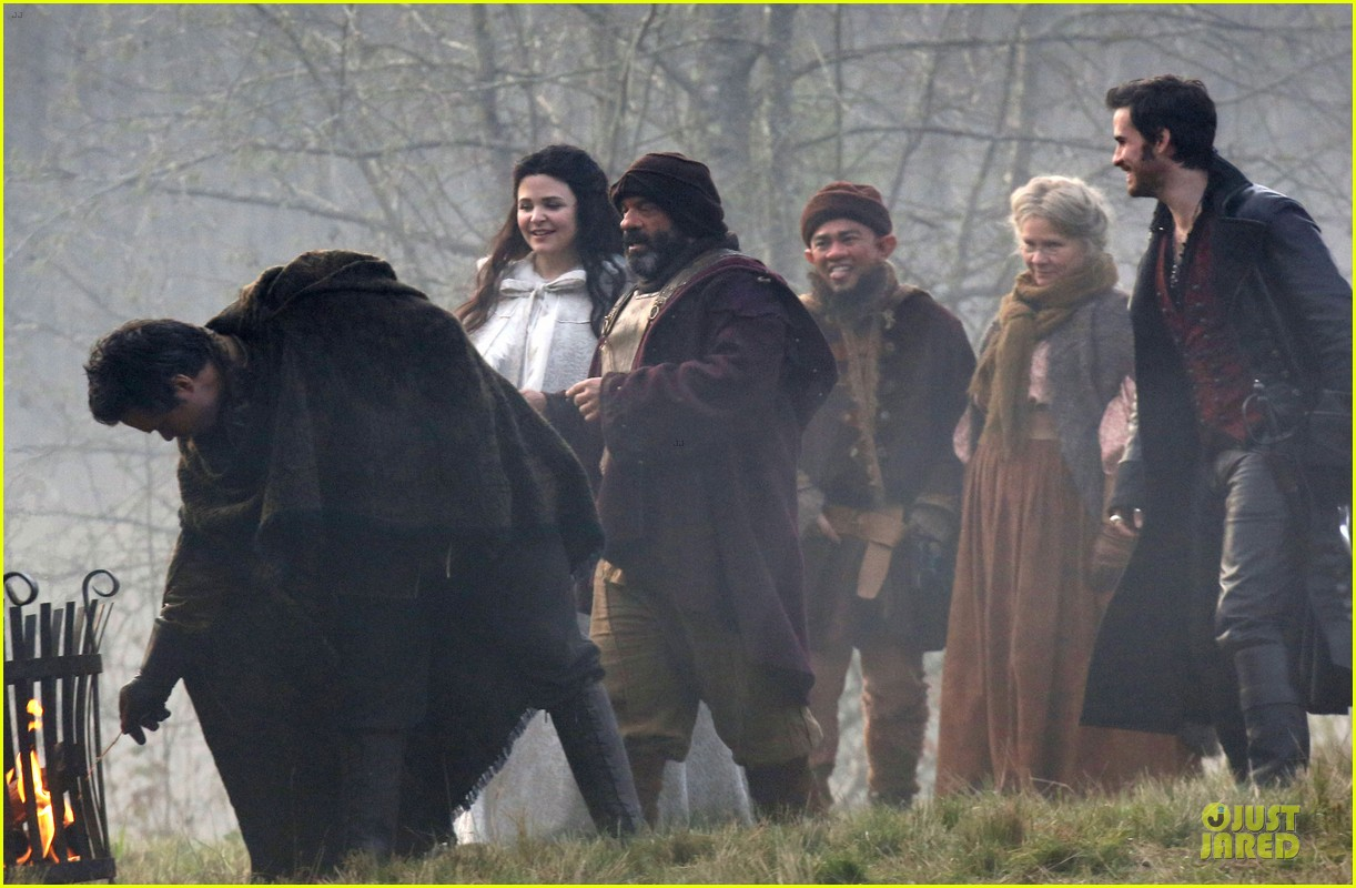 ginnifer goodwin covers baby bump on once set 11