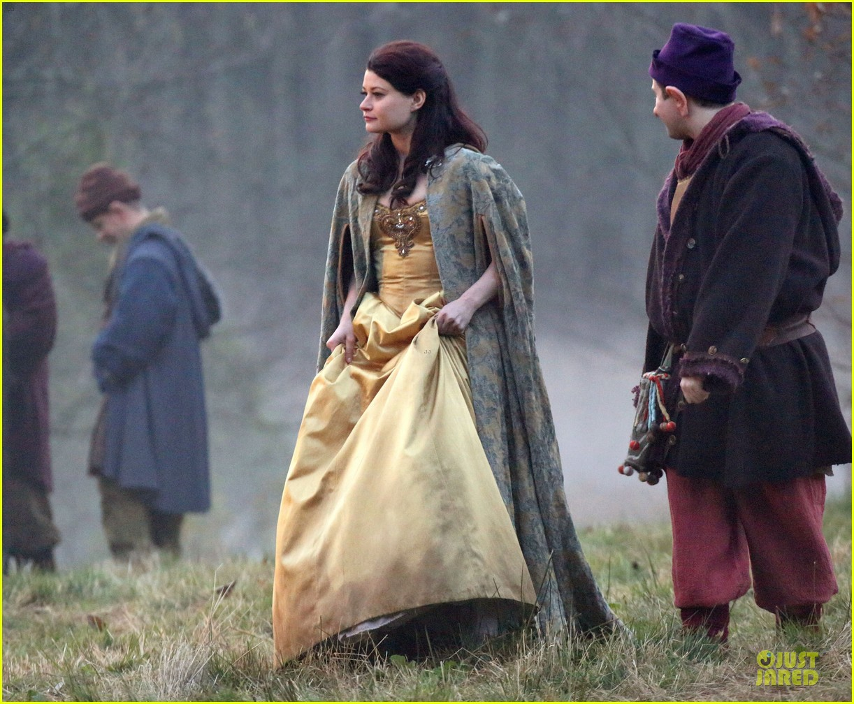 ginnifer goodwin covers baby bump on once set 15