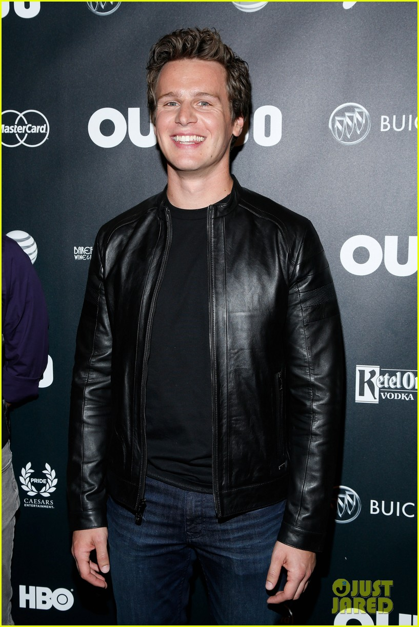 jonathan groff out100awards with looking castmates 04