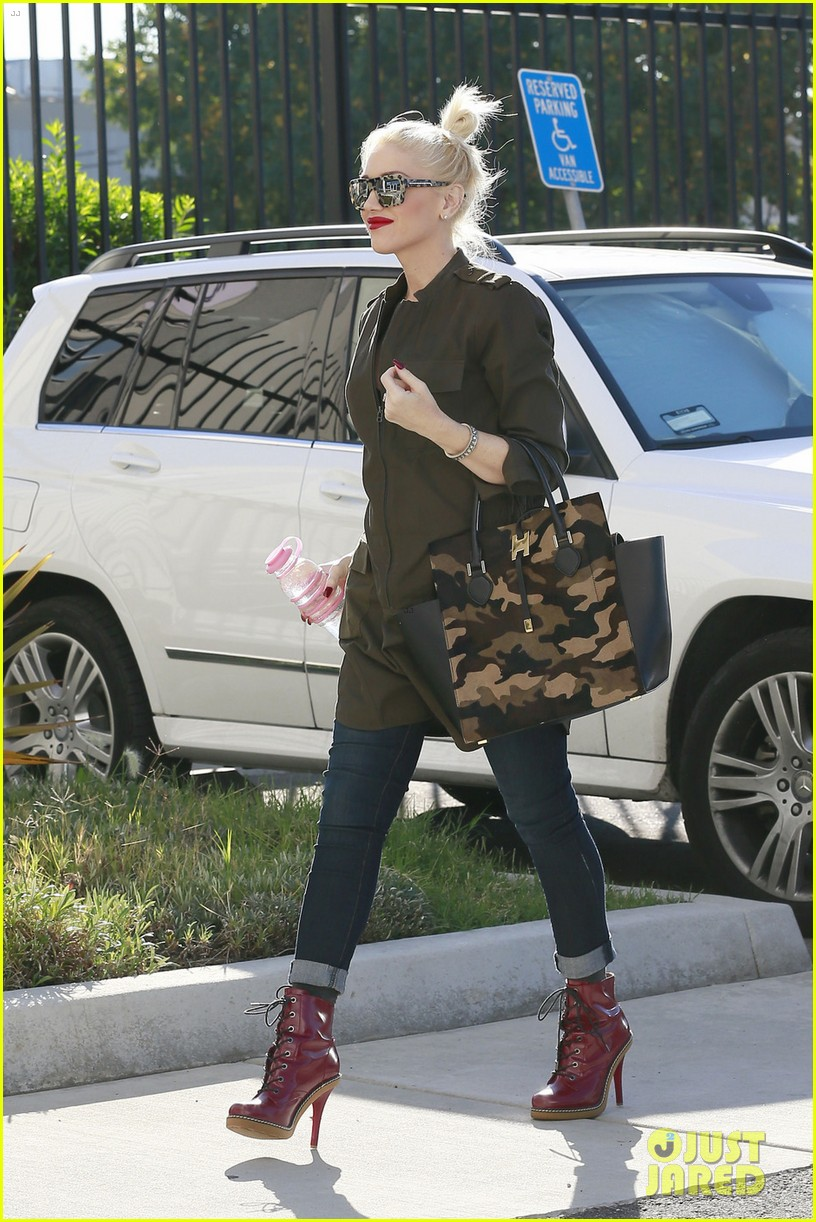 gwen stefani shows off growing baby bump la 022989127