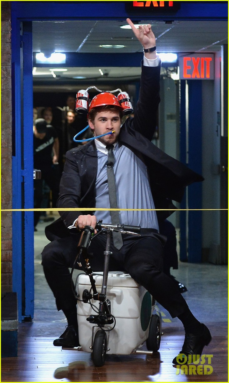 liam hemsworth wins cooler cart race on jimmy fallon 042997711
