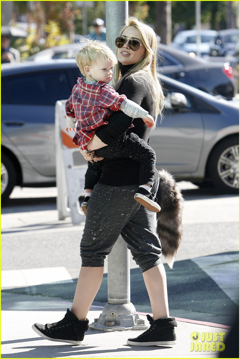 hilary duff mike comrie petting zoo with luca 01