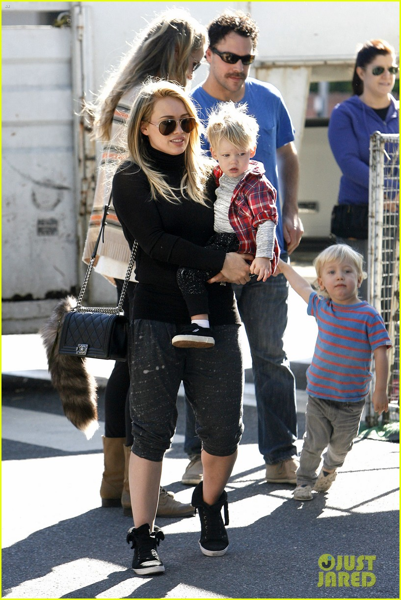 hilary duff mike comrie petting zoo with luca 18