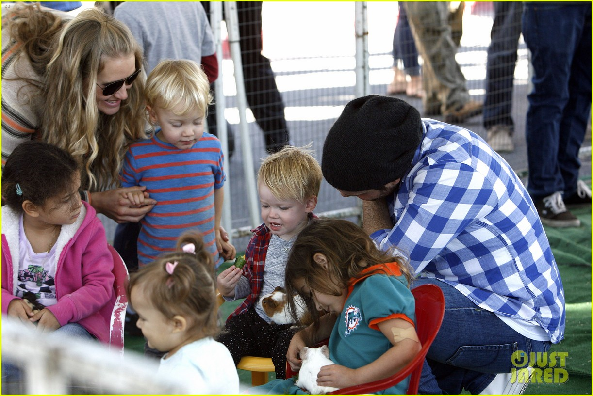 hilary duff mike comrie petting zoo with luca 21