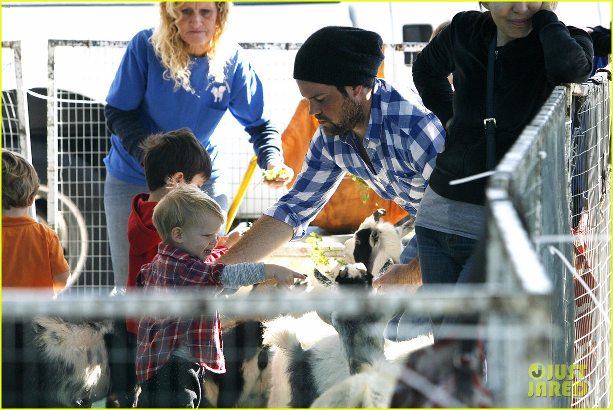 hilary duff mike comrie petting zoo with luca 22