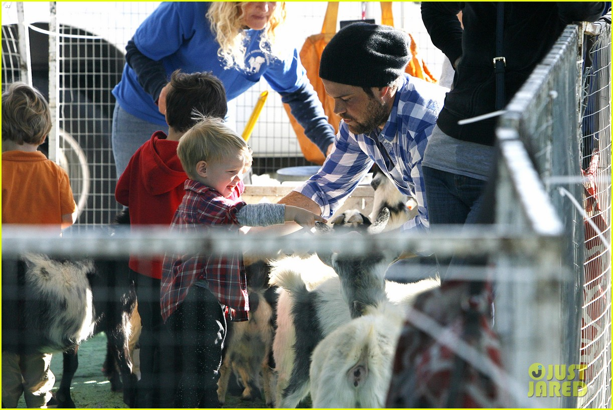 hilary duff mike comrie petting zoo with luca 25