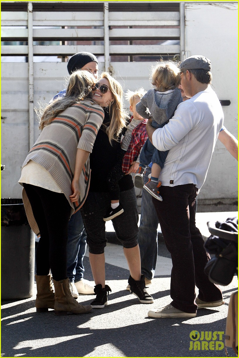 hilary duff mike comrie petting zoo with luca 27