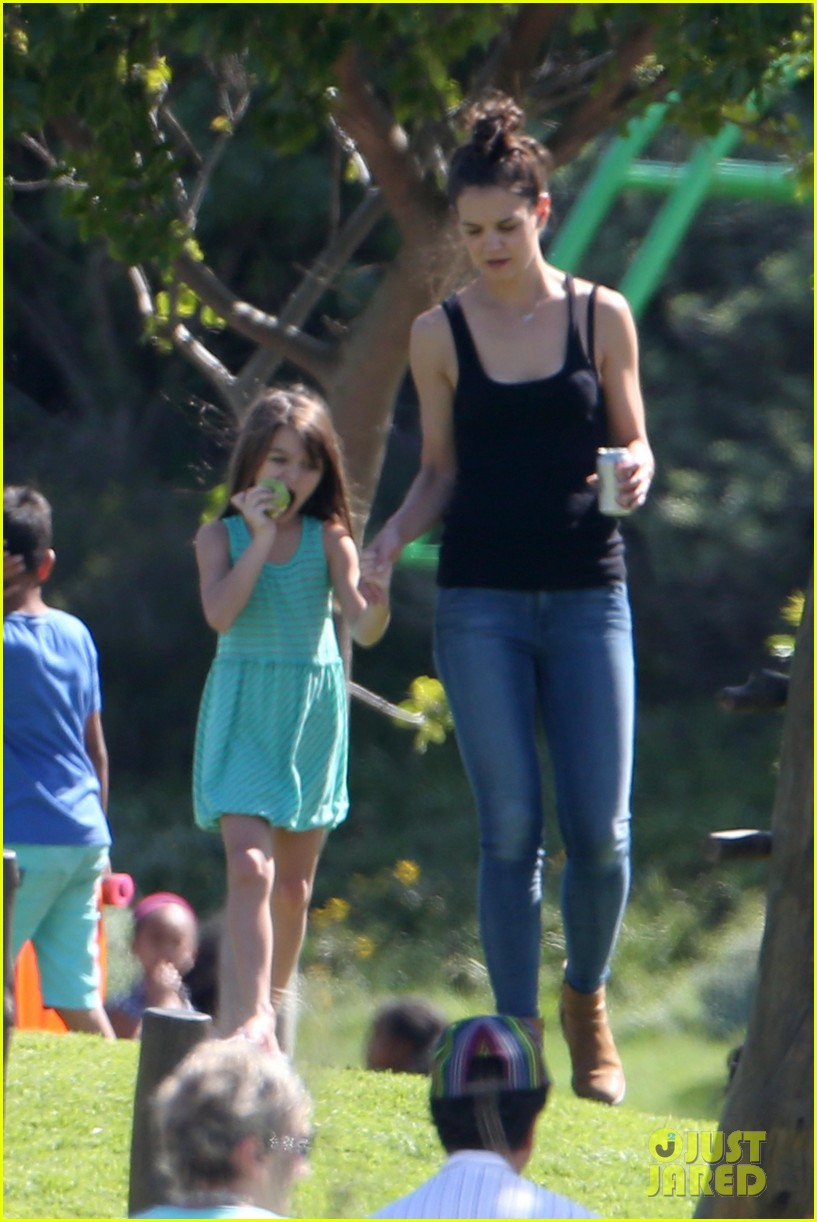 katie holmes suri lounge together in green point urban park 01