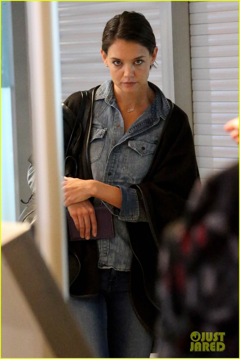 katie holmes heads home from cape town for thanksgiving 02