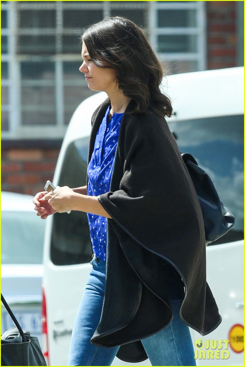 katie holmes heads home from cape town for thanksgiving 063000972