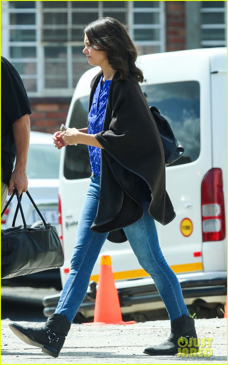 katie holmes heads home from cape town for thanksgiving 083000974