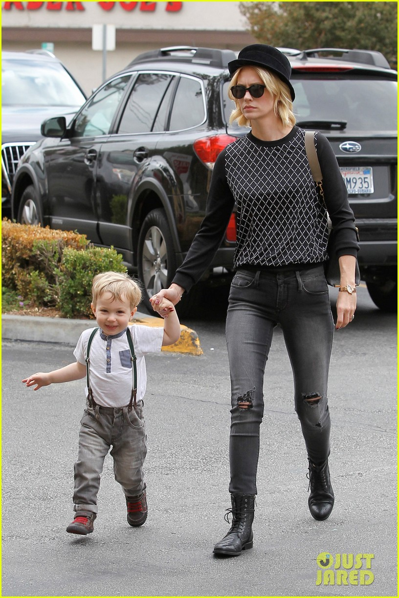 january jones goes food shopping with joyful son xander 012994498