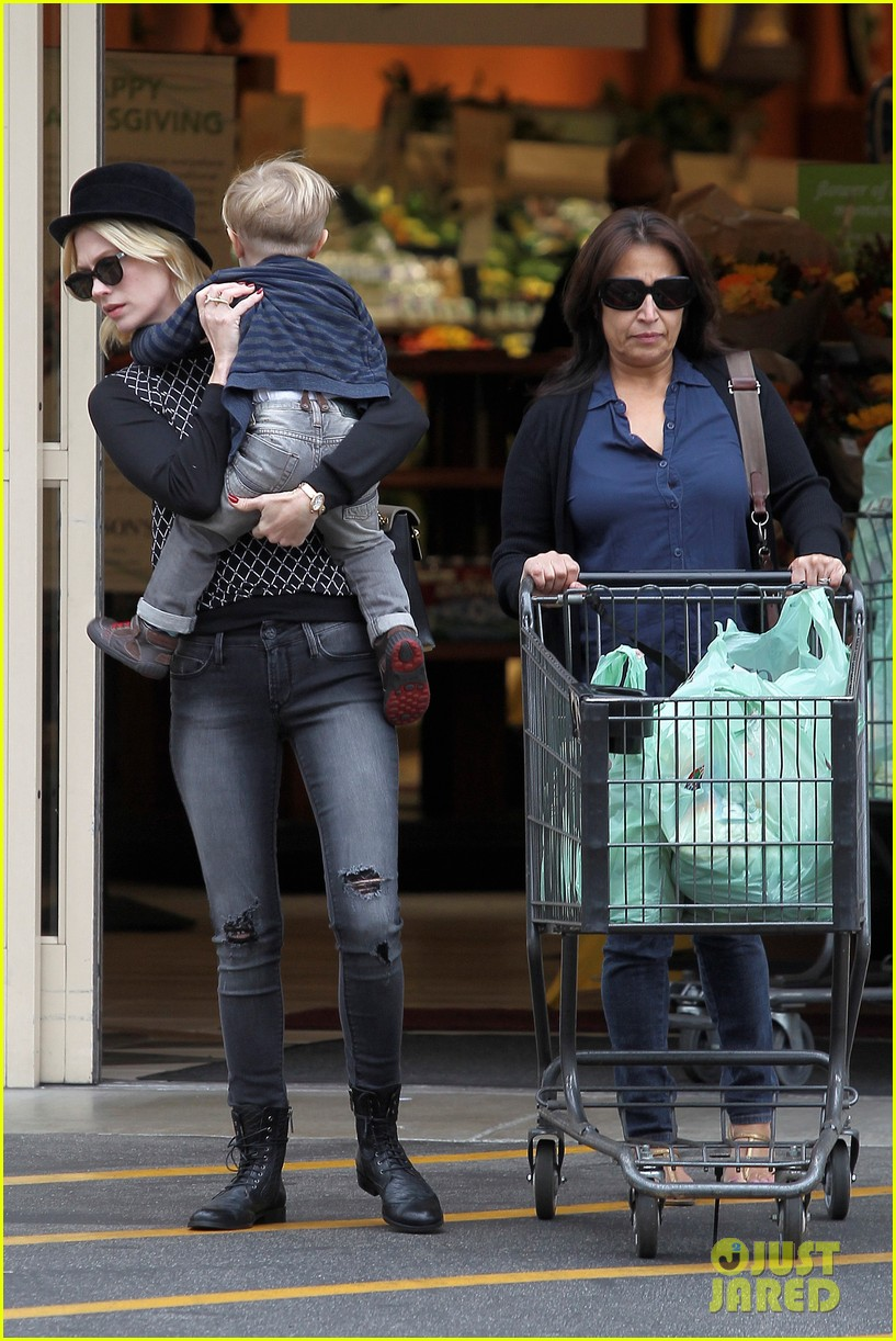 january jones goes food shopping with joyful son xander 192994516