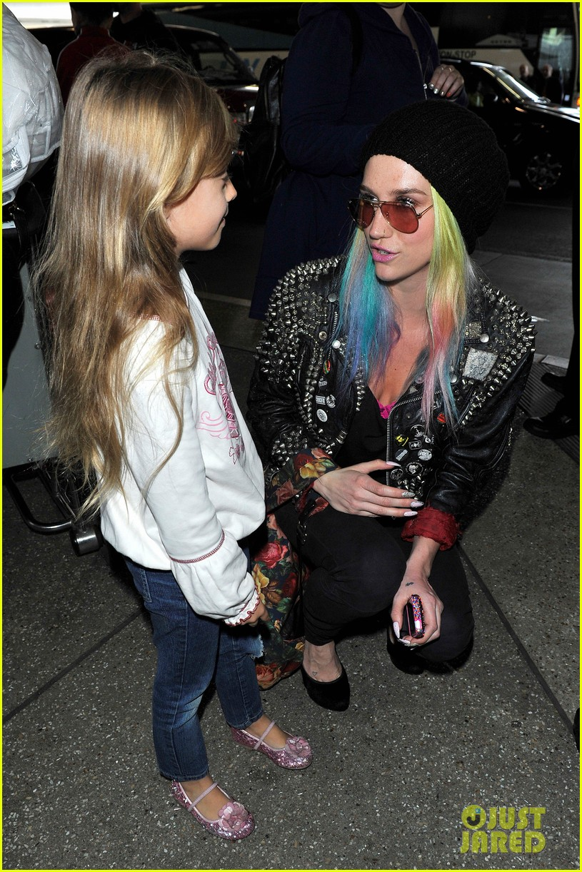 kesha returns home after amfar india trip 02
