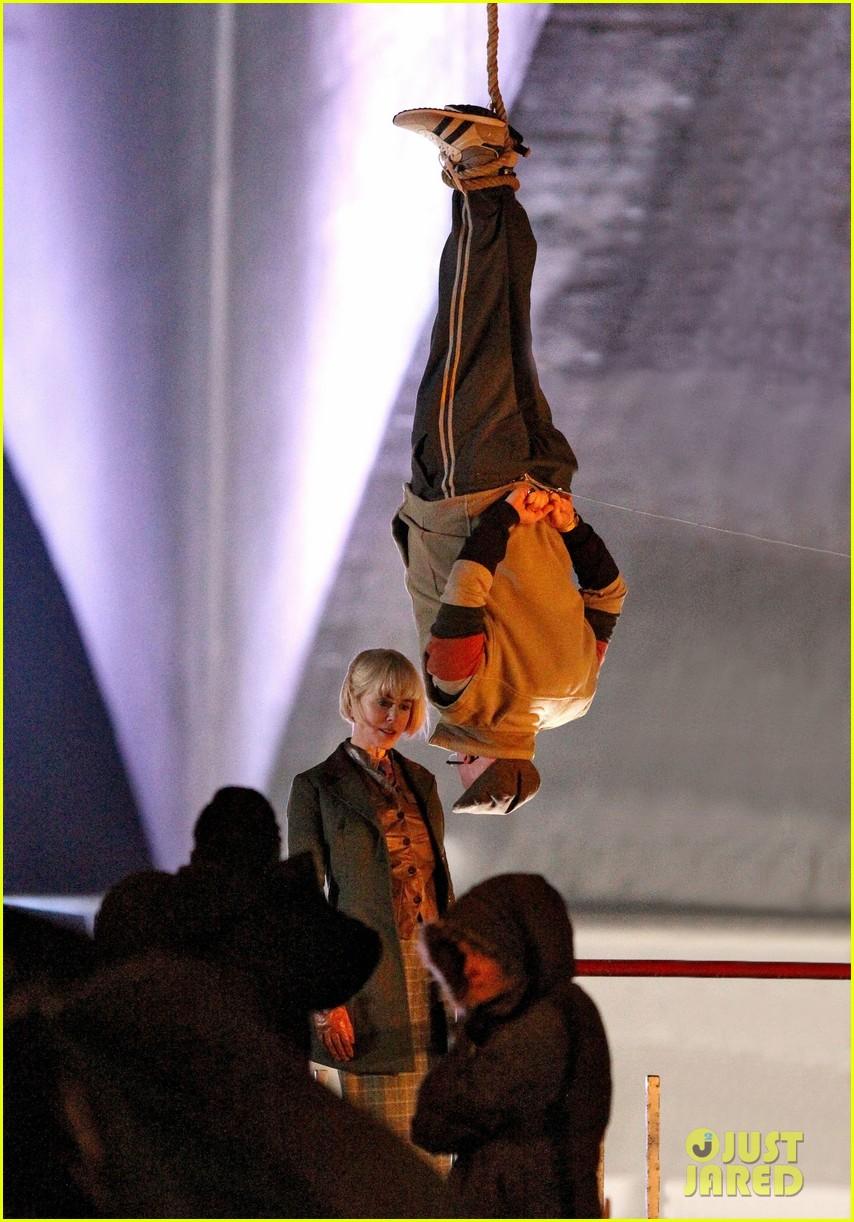 nicole kidman films with hanging man for paddington bear 09