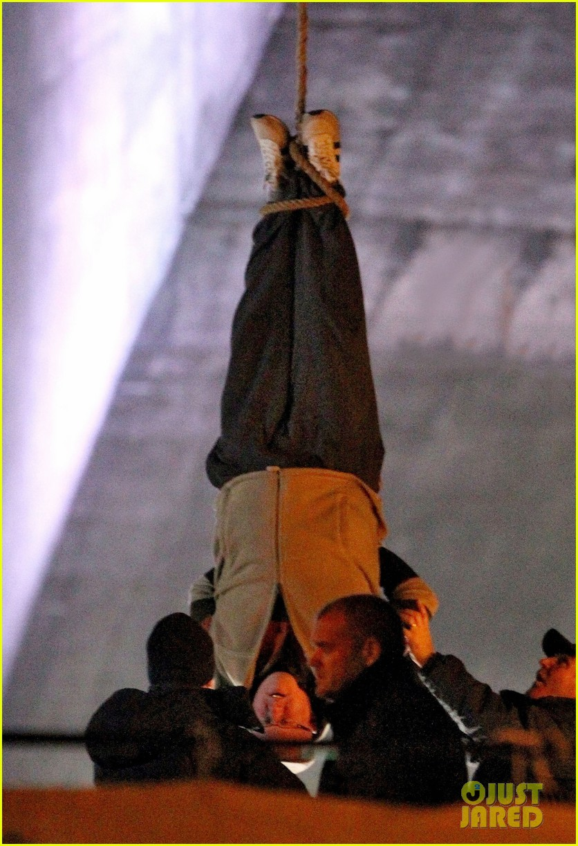 nicole kidman films with hanging man for paddington bear 15