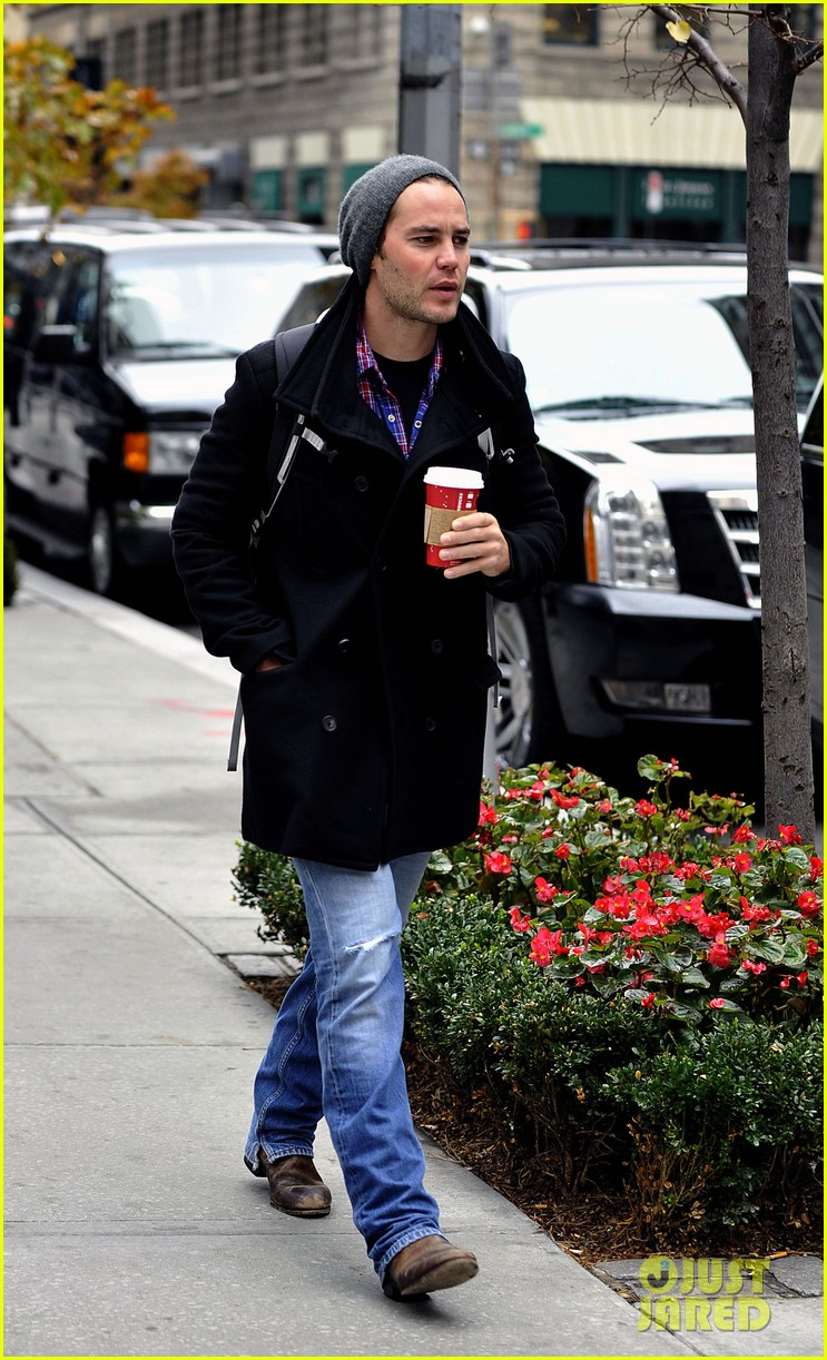 taylor kitsch bundles up after big apples first snow 062992567