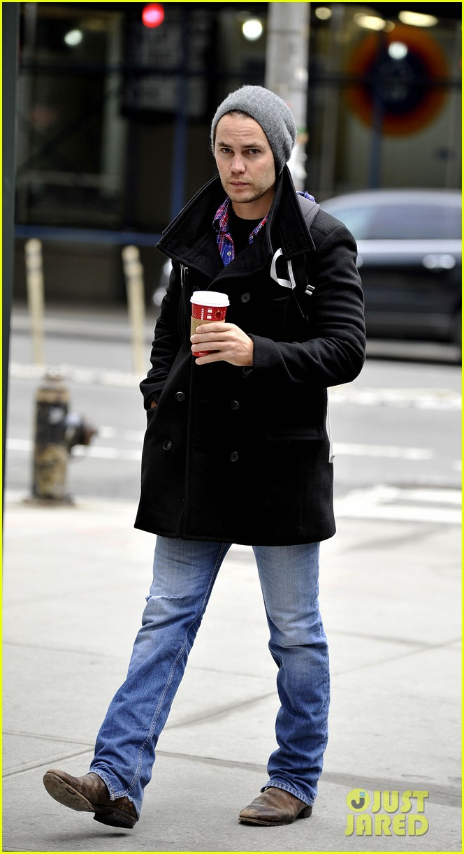 taylor kitsch bundles up after big apples first snow 07