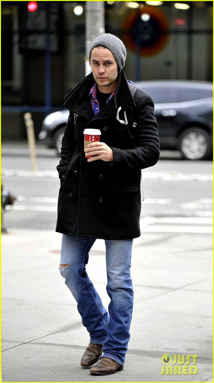 taylor kitsch bundles up after big apples first snow 08